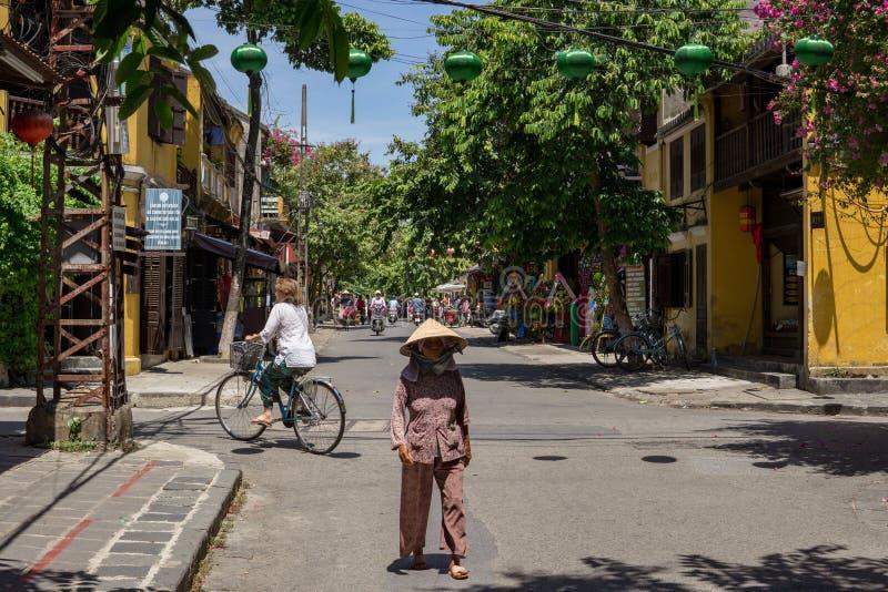 Βιετναμέζικη γυναίκα που περπατά στην οδό στοκ φωτογραφία