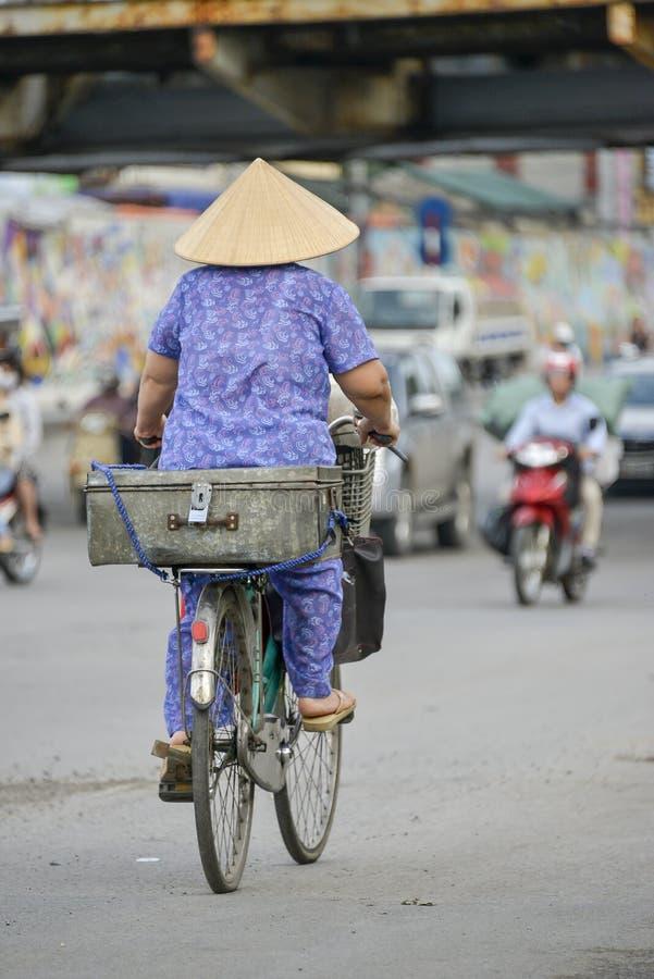 Βιετναμέζικη γυναίκα σε ένα ποδήλατο στοκ εικόνα με δικαίωμα ελεύθερης χρήσης