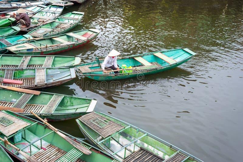Βιετναμέζικη γυναίκα σε μια βάρκα στον ποταμό Ninh Binh Βιετνάμ στοκ φωτογραφία