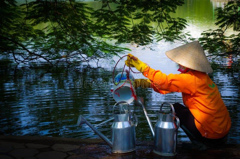 Βιετναμέζικη γυναίκα στη λίμνη Hoan Kiem στοκ φωτογραφία