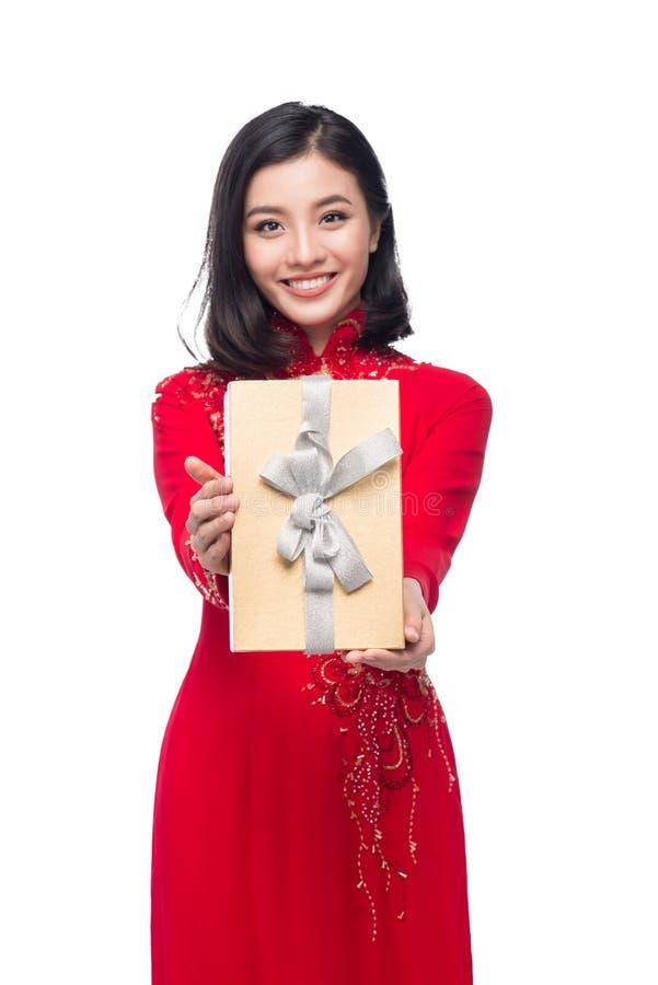 Βιετναμέζικη νέα γυναίκα στο κιβώτιο δώρων εκμετάλλευσης φορεμάτων AO Dai στοκ φωτογραφίες με δικαίωμα ελεύθερης χρήσης