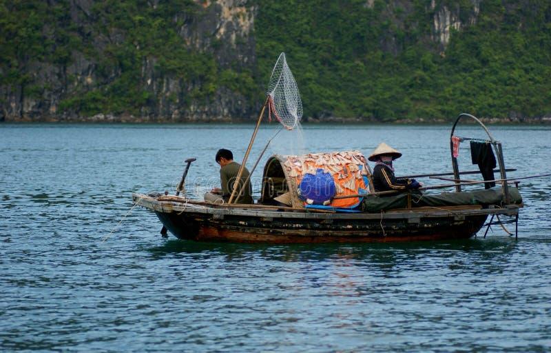 Βιετναμέζικη οικογενειακή αλιεία στοκ εικόνα