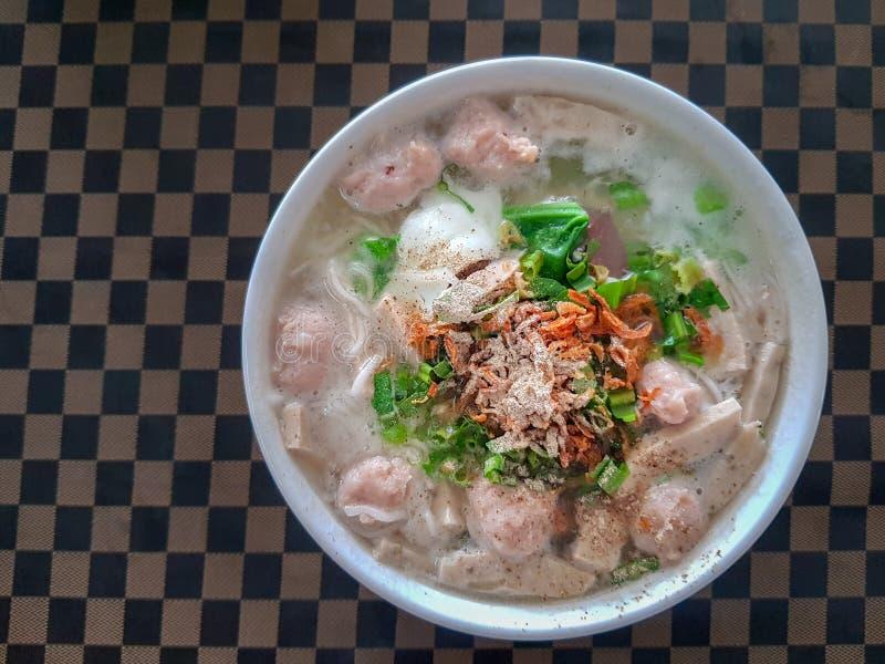 Βιετναμέζικη σούπα νουντλς ρυζιού το χοιρινό κρέας που τεμαχίζονται με και το λουκάνικο στοκ εικόνα με δικαίωμα ελεύθερης χρήσης