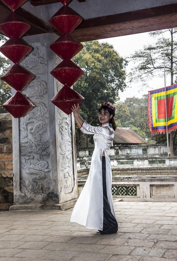 Βιετναμέζικο κορίτσι με το AO Dai στοκ φωτογραφίες