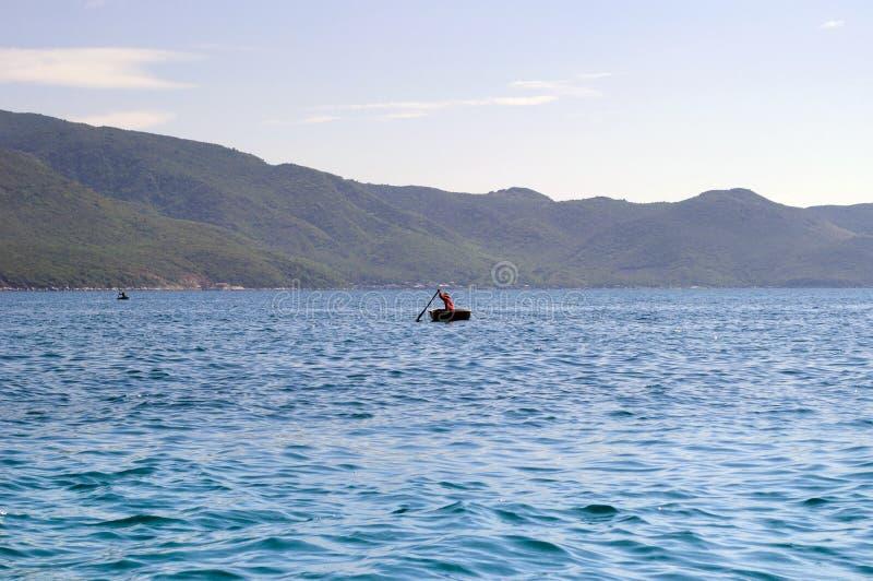 Βιετναμέζικο να επιπλεύσει σε μια βάρκα Thung Chai καλαθιών στη θάλασσα στοκ φωτογραφίες