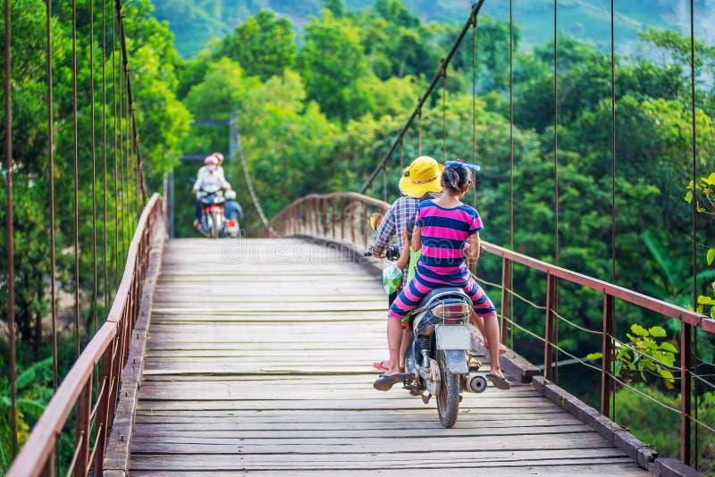 Βιετναμέζικο οδηγώντας ποδήλατο γυναικών στη γέφυρα στην επαρχία του Βιετνάμ στοκ εικόνες με δικαίωμα ελεύθερης χρήσης