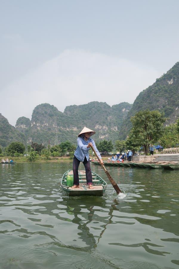 Βιετναμέζικο Oarswoman στοκ φωτογραφία