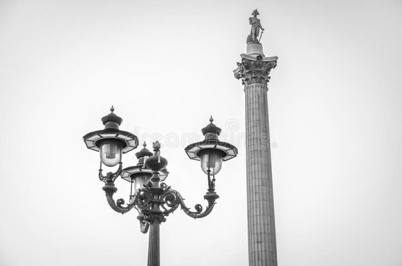 Βικτοριανές θέση λαμπτήρων οδών και στήλη του Nelson κοντά στη πλατεία Τραφάλγκαρ στοκ φωτογραφία με δικαίωμα ελεύθερης χρήσης