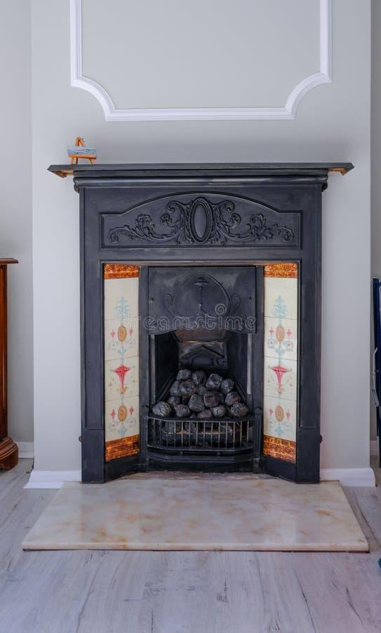 Βικτοριανή μαύρη εστία χυτοσιδήρου με τους άνθρακες και το μαρμάρινο δάπεδο τζακιού στοκ εικόνα με δικαίωμα ελεύθερης χρήσης