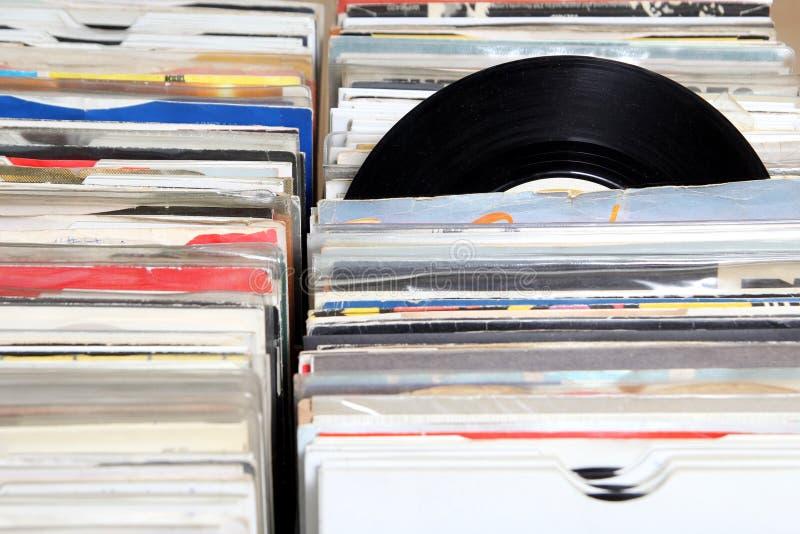 Βινυλίου 7& x22  ενιαία 45 αρχεία περιστροφής/λεπτό για την πώληση σε μια αναδρομική έκθεση αρχείων στοκ φωτογραφία
