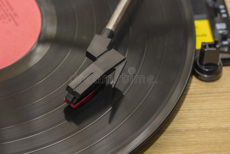 Βινυλίου φορέας με το διάστημα αντιγράφων Βελόνα στο περιστρεφόμενο μαύρο βινυλίου πιάτο Συμπεριλαμβανόμενο gramophone και περιστ στοκ φωτογραφία με δικαίωμα ελεύθερης χρήσης