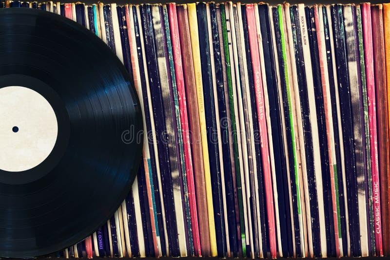 Βινυλίου αρχείο με το διάστημα αντιγράφων μπροστά από μια συλλογή των λευκωμάτων (πλαστοί τίτλοι) στοκ φωτογραφία με δικαίωμα ελεύθερης χρήσης