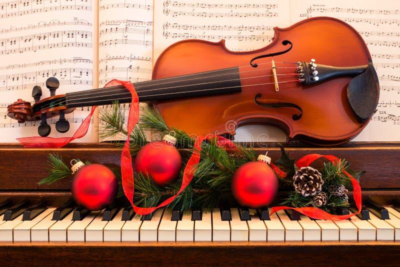 Βιολί και πιάνο διακοπών στοκ εικόνα με δικαίωμα ελεύθερης χρήσης