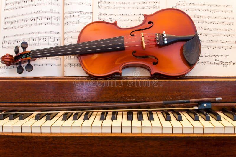Βιολί και πιάνο με τη μουσική στοκ φωτογραφία με δικαίωμα ελεύθερης χρήσης