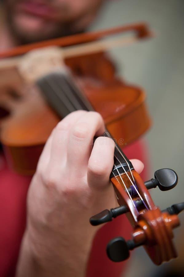 βιολί παιχνιδιού ατόμων στοκ εικόνες