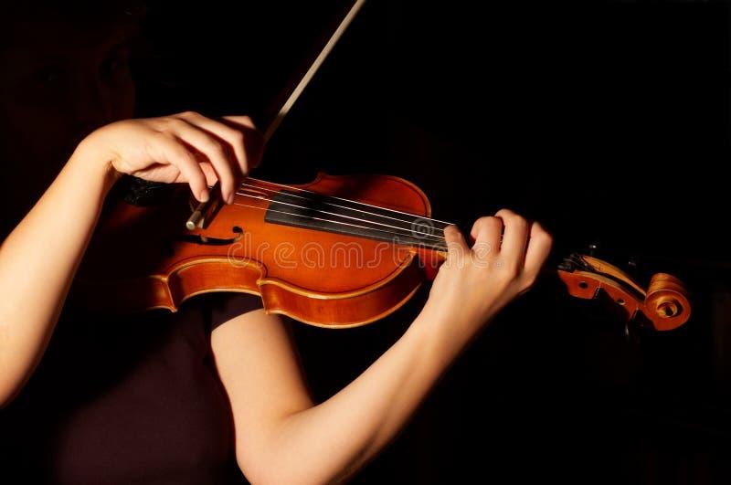 Βιολί παιχνιδιού μουσικών στοκ εικόνες με δικαίωμα ελεύθερης χρήσης