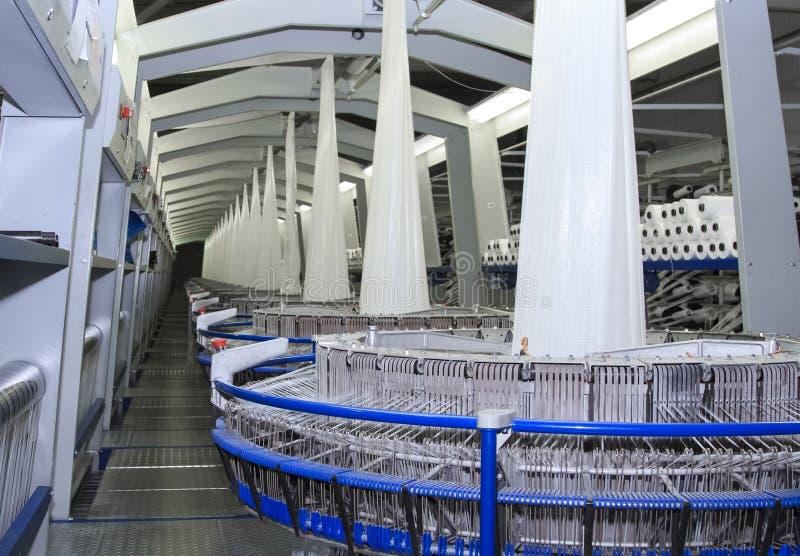 Βιομηχανία κλωστοϋφαντουργίας - περιστρεφόμενη μηχανή σε ένα εργοστάσιο στοκ φωτογραφία με δικαίωμα ελεύθερης χρήσης