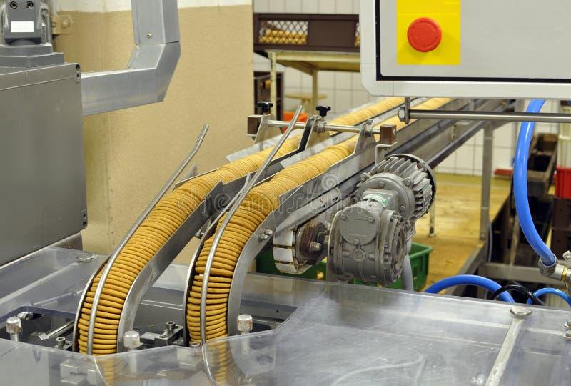Βιομηχανία τροφίμων - η παραγωγή μπισκότων σε ένα εργοστάσιο σε έναν μεταφορέα είναι στοκ φωτογραφία με δικαίωμα ελεύθερης χρήσης