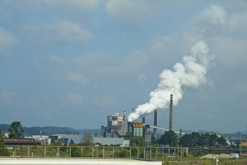 Βιομηχανίες που ρυπαίνουν προκαλώντας καπνό και κλιματικές αλλαγές στοκ φωτογραφία