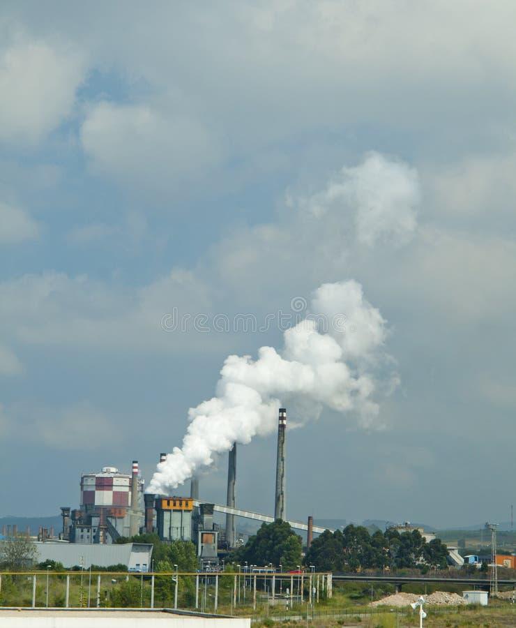 Βιομηχανίες που ρυπαίνουν προκαλώντας καπνό και κλιματικές αλλαγές στοκ φωτογραφίες με δικαίωμα ελεύθερης χρήσης