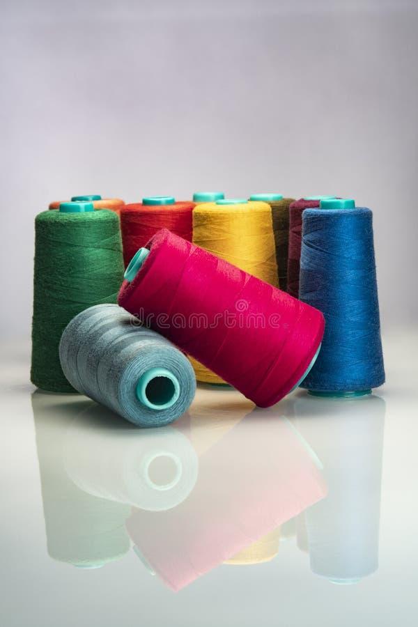 Βιομηχανικά χρωματισμένα στροφία που τακτοποιούνται στο άσπρο backgroud στοκ φωτογραφία
