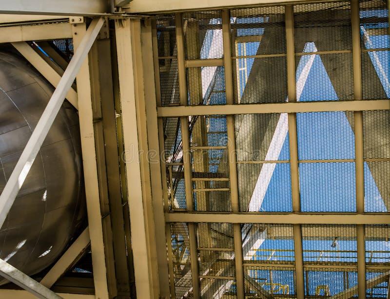 Βιομηχανικές δομές σιδήρου Κίτρινα ακτίνες και ανώτατα όρια δικτυωτού πλέγματος χάλυβα στοκ φωτογραφία με δικαίωμα ελεύθερης χρήσης