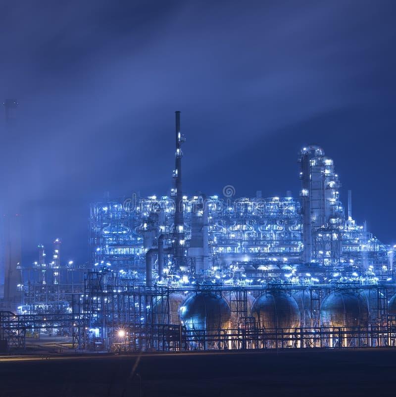 Βιομηχανικές εγκαταστάσεις εγκαταστάσεων καθαρισμού τη νύχτα στοκ εικόνες