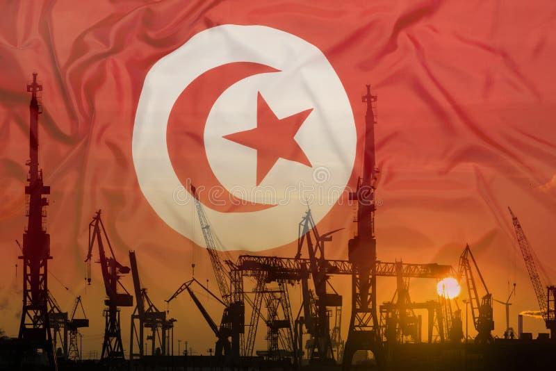 Βιομηχανική έννοια με τη σημαία της Τυνησίας στο ηλιοβασίλεμα στοκ φωτογραφία με δικαίωμα ελεύθερης χρήσης