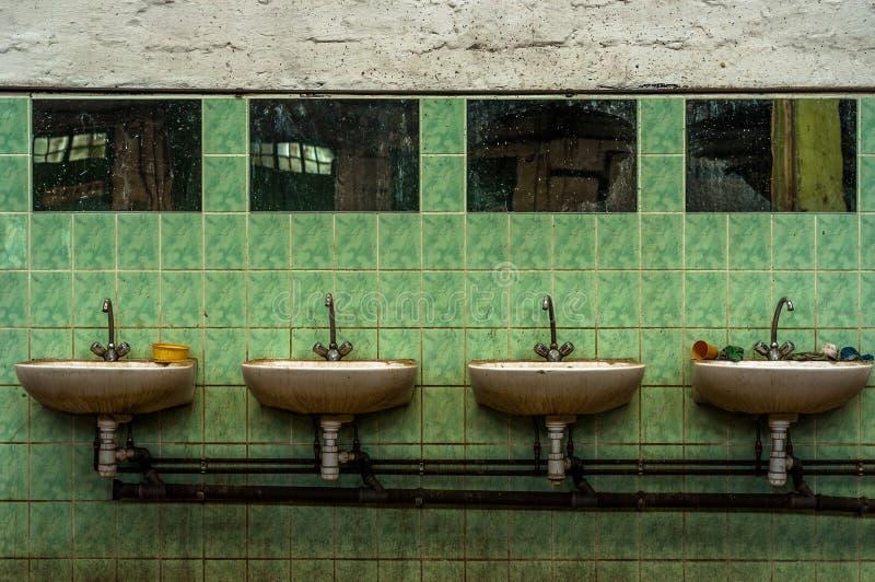 Βιομηχανική βρύση στον τοίχο στοκ φωτογραφία με δικαίωμα ελεύθερης χρήσης