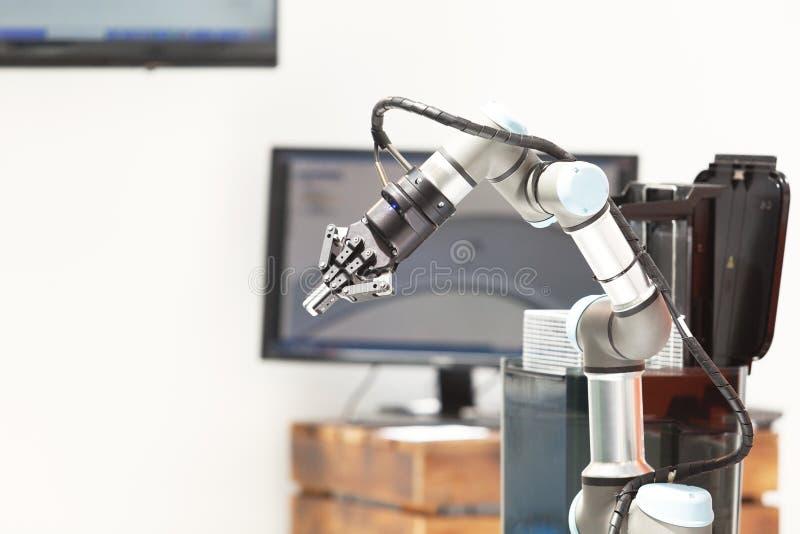 Βιομηχανική επιλογή και θέση, εισαγωγή, ποιοτική δοκιμή ή μηχανή που τείνουν το βραχίονα ρομπότ στοκ φωτογραφία