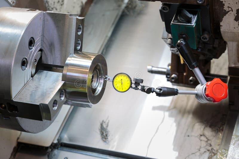 Βιομηχανική εργασία μετάλλων που επεξεργάζεται τη διαδικασία στη μηχανή από το εργαλείο κοπής CNC λ στοκ εικόνες