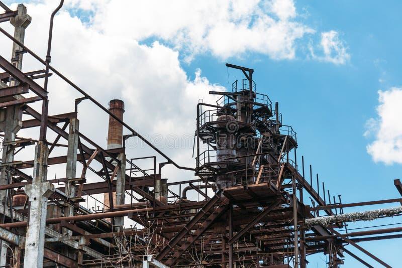 Βιομηχανική ζώνη, εξοπλισμός του εργοστασίου, βιομηχανικές σωληνώσεις των εγκαταστάσεων διυλιστηρίων πετρελαίου στοκ εικόνα με δικαίωμα ελεύθερης χρήσης