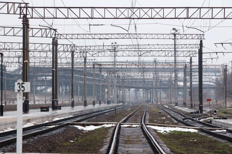 Βιομηχανική ζώνη και σιδηρόδρομος Οι ράγες σιδηροδρόμων πηγαίνουν στην απόσταση του σιδηροδρομικού σταθμού και της βιομηχανικής ζ στοκ φωτογραφία με δικαίωμα ελεύθερης χρήσης