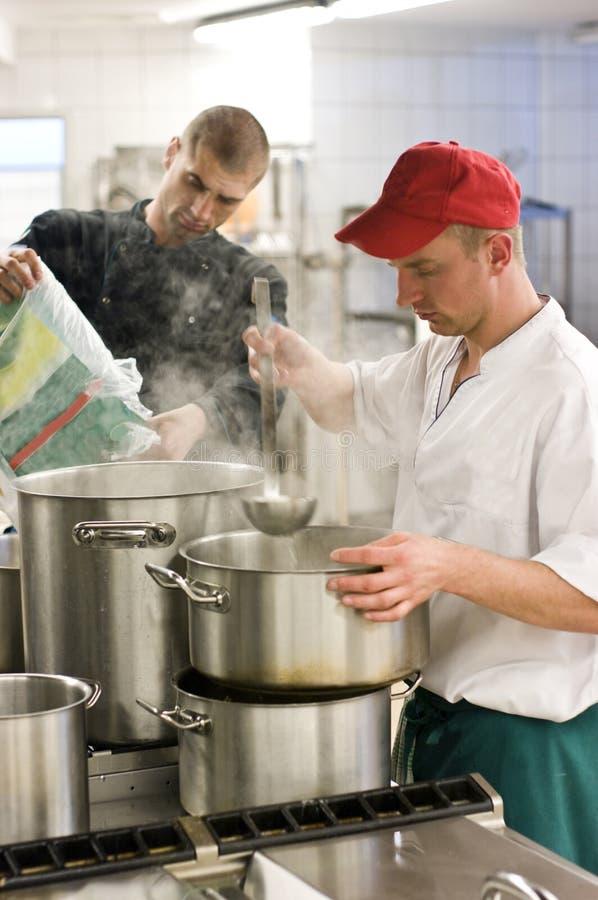 βιομηχανική κουζίνα δύο μαγείρων στοκ φωτογραφία