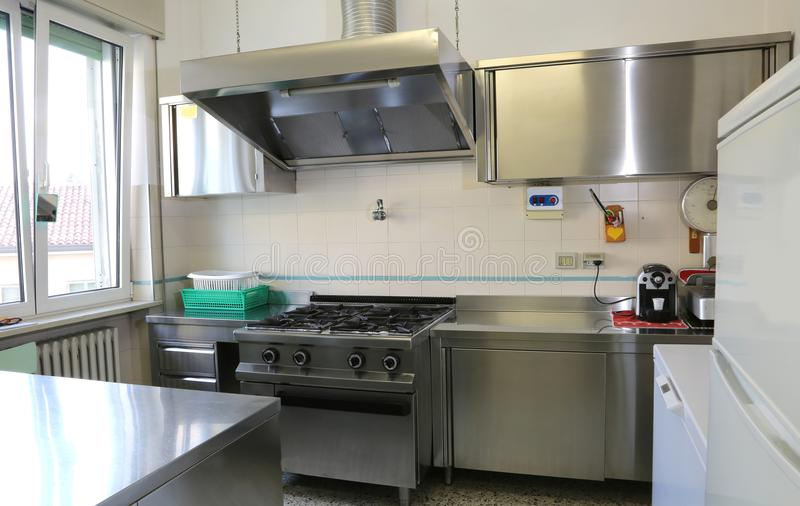 βιομηχανική κουζίνα με τις κουζίνες ανοξείδωτου στοκ εικόνες