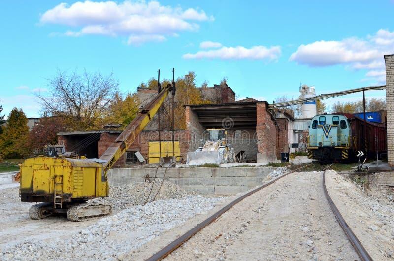 βιομηχανική περιοχή των εγκαταστάσεων για την πέτρα γύψου επεξεργασίας Κατασκευή και ειδικός εξοπλισμός, τραίνο με τα αυτοκίνητα, στοκ φωτογραφίες με δικαίωμα ελεύθερης χρήσης