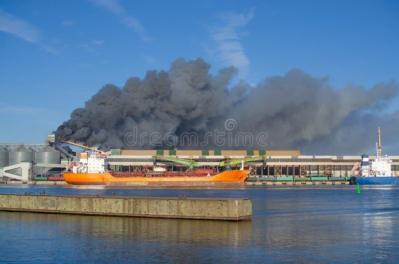 Βιομηχανική πυρκαγιά στο λιμένα στοκ εικόνα με δικαίωμα ελεύθερης χρήσης