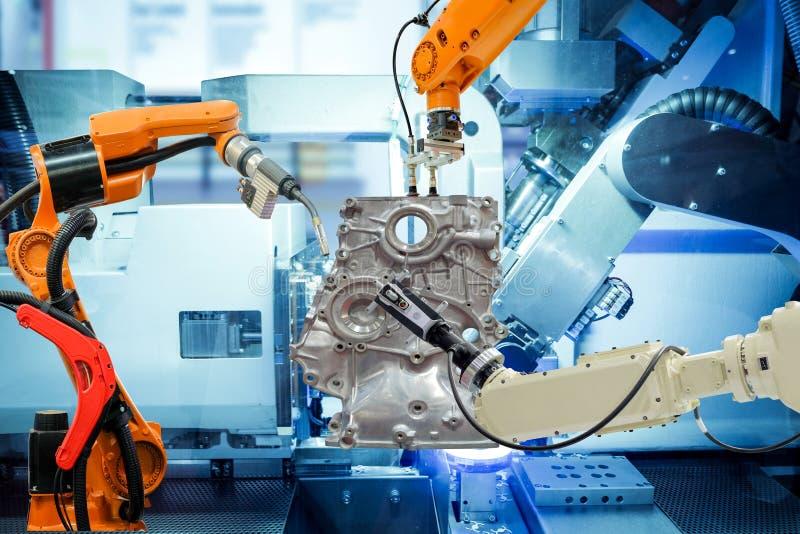 Βιομηχανική ρομποτική ομαδική εργασία που λειτουργεί με τα μέρη αυτοκινήτου στο έξυπνο εργοστάσιο στοκ εικόνες