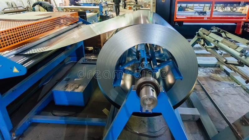 Βιομηχανική σπείρα φύλλων μετάλλων για το φύλλο μετάλλων που διαμορφώνει τη μηχανή στο εργαστήριο στοκ φωτογραφίες