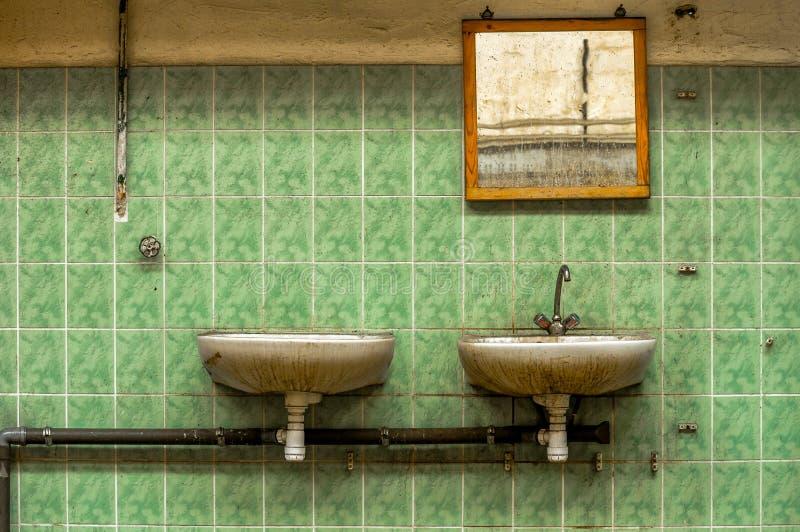 Βιομηχανικοί βρύση και καθρέφτης στοκ εικόνες