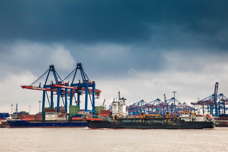 Βιομηχανικοί εμπορευματοκιβώτια διοικητικών μεριμνών φορτίου λιμένων και γερανοί σκαφών στο Αμβούργο στοκ εικόνες