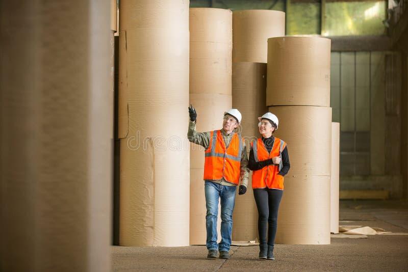 Βιομηχανικοί εργάτες μύλων εγγράφου στοκ φωτογραφία με δικαίωμα ελεύθερης χρήσης