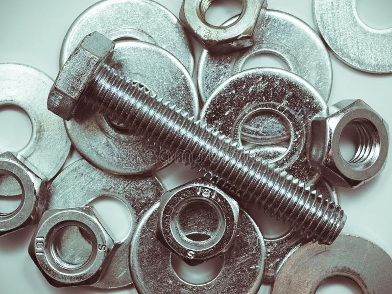 Βιομηχανικοί κοχλιωτοί και ροδέλες από σκληρό χάλυβα, σωροί ψευδαργύρου στοκ εικόνες με δικαίωμα ελεύθερης χρήσης