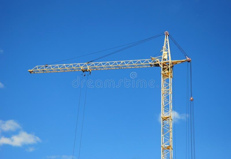 Βιομηχανικός γερανός κατασκευής με το διάστημα αντιγράφων πέρα από το υπόβαθρο μπλε ουρανού στοκ φωτογραφίες
