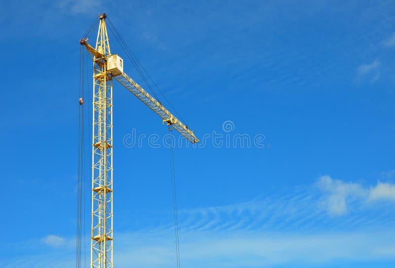 Βιομηχανικός γερανός κατασκευής με το διάστημα αντιγράφων πέρα από το υπόβαθρο μπλε ουρανού Κατεύθυνση βιομηχανίας κτηρίου στοκ φωτογραφίες με δικαίωμα ελεύθερης χρήσης