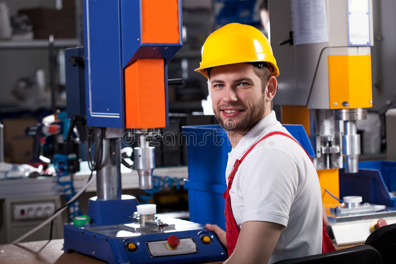 Βιομηχανικός εργάτης κατά τη διάρκεια της εργασίας στοκ εικόνες