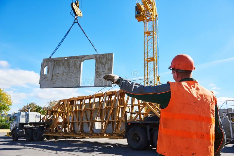 Βιομηχανικός εργάτης κατασκευής που λειτουργεί ανυψώνοντας τη διαδικασία της τσιμεντένιας πλάκας στοκ φωτογραφία με δικαίωμα ελεύθερης χρήσης