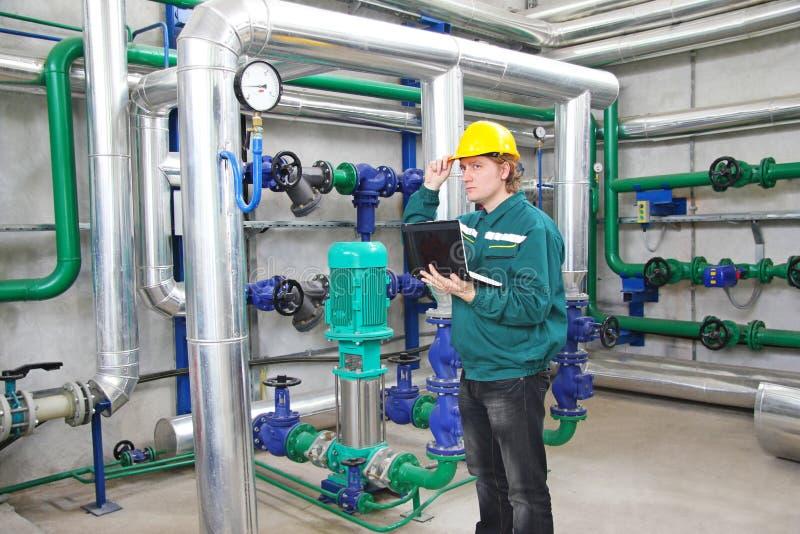 Βιομηχανικός εργάτης με το σημειωματάριο στοκ φωτογραφία με δικαίωμα ελεύθερης χρήσης