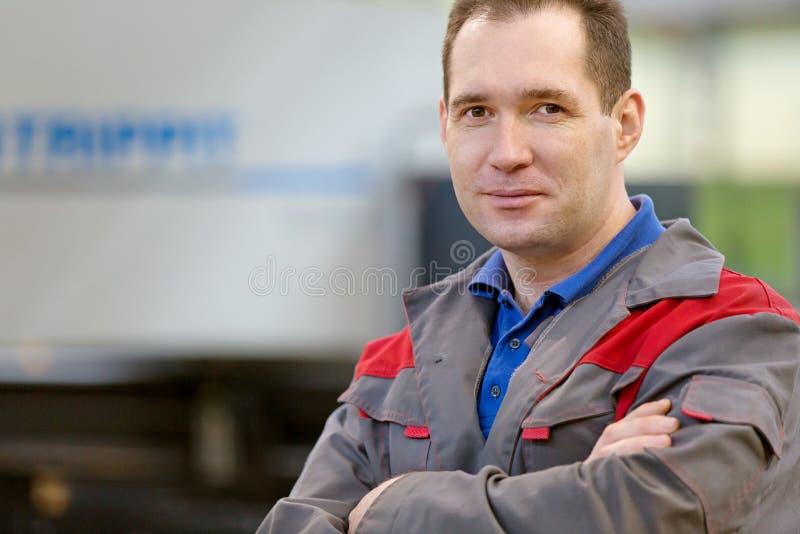 Βιομηχανικός εργαζόμενος ατόμων πορτρέτου στο εργαστήριο κατασκευής στοκ φωτογραφία με δικαίωμα ελεύθερης χρήσης