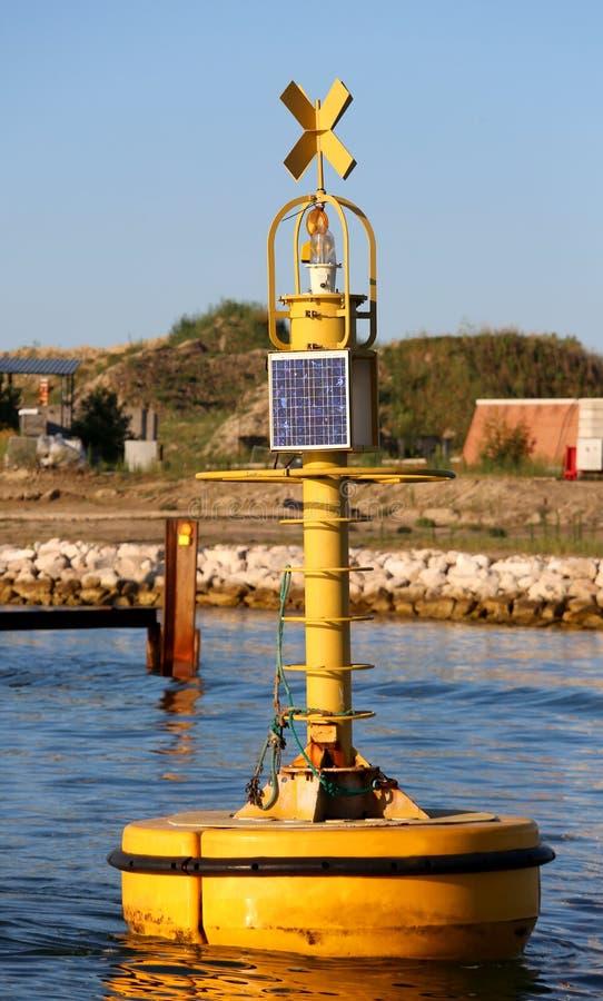 βιομηχανικός κίτρινος σημαντήρας για τη σηματοδότηση στα σκάφη με μια μικρή φωτογραφία στοκ εικόνες με δικαίωμα ελεύθερης χρήσης